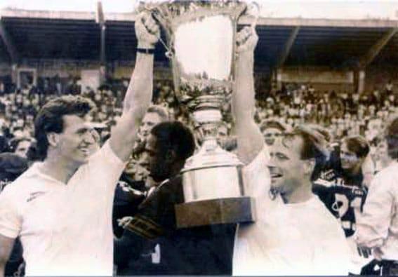 Rainer Purwin und Walther Rohlfing mit dem Pokal
